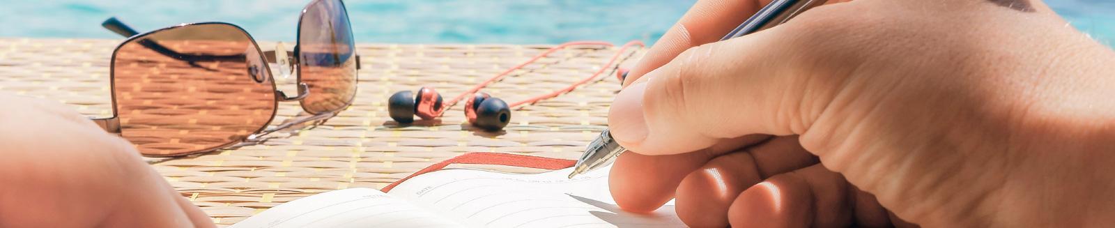 יד כותבת בספר- נפלאות כתיבה ותוכן
